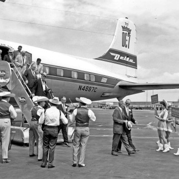 John_Deere_Dealers_Exit_Plane