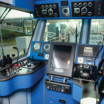 Grote Stern_boat_command_center